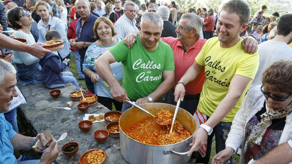 En la imagen se muestra el momento en el que se están sirviendo los platos de callos.