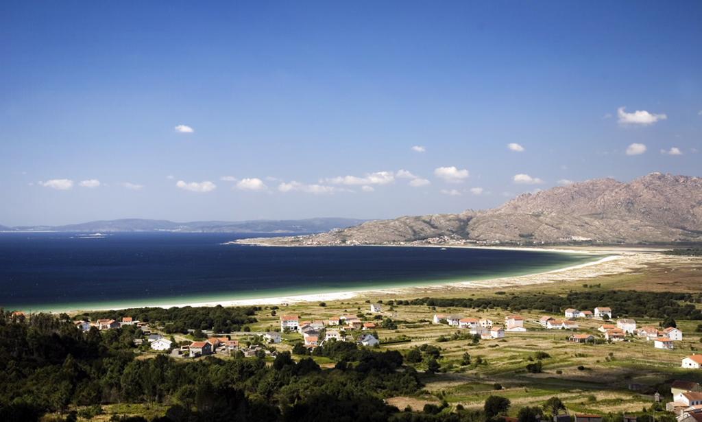 La playa de Carnota se encuentra en la provincia de A Coruña y es el arenal más grande de todo Galicia.